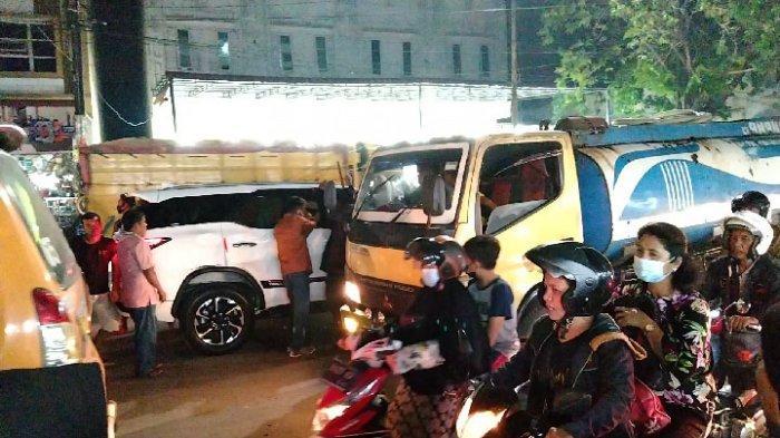 Truk Tronton Serempet Toyota Fortuner di Jalan Letda Sujono hingga Terjadi Kemacetan
