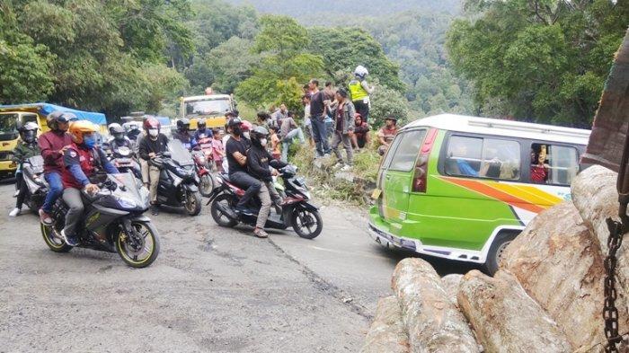 Truk Kayu Terguling Picu Kamacetan Panjang dari Medan Hingga ke Sembahe