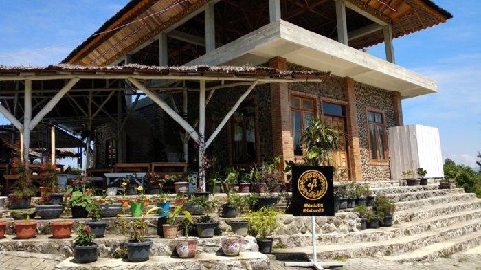 PEMANDANGAN kebun bunga di Kebun Madu Efi di daerah perbukitan Puncak 2000 Siosar, Sukamaju, Kecamatan Tiga Panah, Kabupaten Tanah Karo, Sumatera Utara, Kamis (5/3/2020).