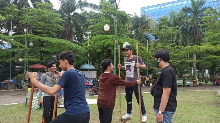 Kawula Muda Medan Antusias Mainkan Permainan Tradisional Egrang Paling Banyak Diminati Tribun Medan