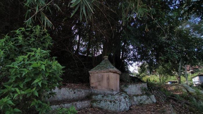 Makam tua dibentuk dari batu di bawah pohon hariara milik salah satu marga keturunan Bius Sitolu Tali di Simanindo, Samosir