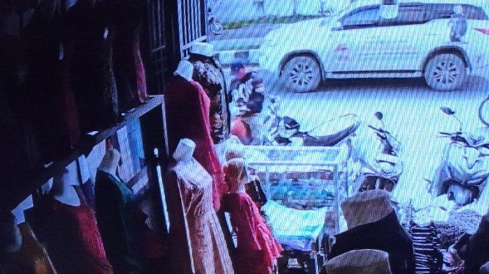 Aksi Maling Barang Pelanggan Toko Baju di Asahan Terekam CCTV