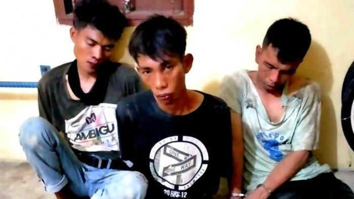 DIBIKIN KAPOK, Tiga Pemuda yang Curi Motor Kepala Dusun Dihajar Sampai Memble Oleh Warga