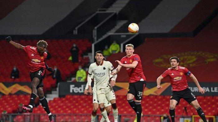 aul Pogba (kiri) mencetak gol kelima Manchester United dalam pertandingan leg pertama semifinal Liga Europa 2020-2021 melawan AS Roma di Stadion Old Trafford, Jumat (30/4/2021) dini hari WIB.