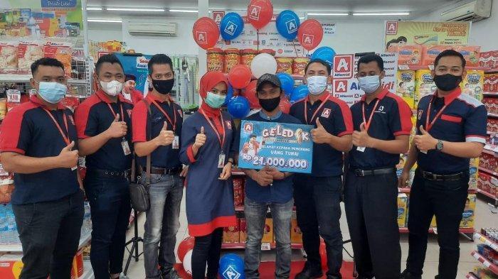 Alfamidi Medan Serahkan Hadiah Uang 21 Juta Rupiah kepada Pelanggan di Aceh Utara
