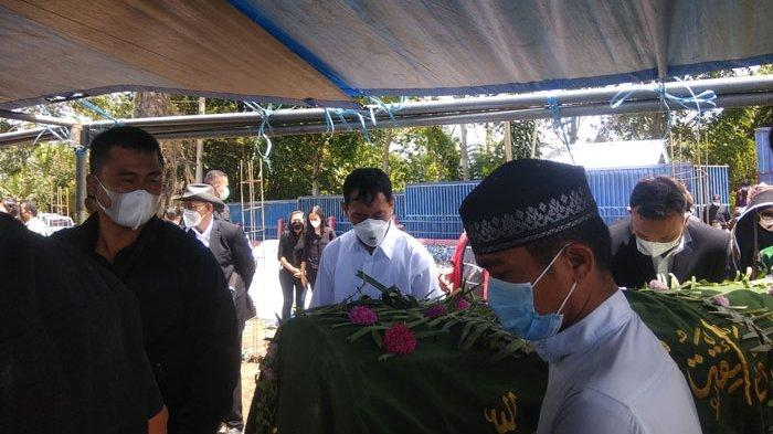 JR Saragih Gotong Jenazah Ibunda hingga Tutup Liang Makam
