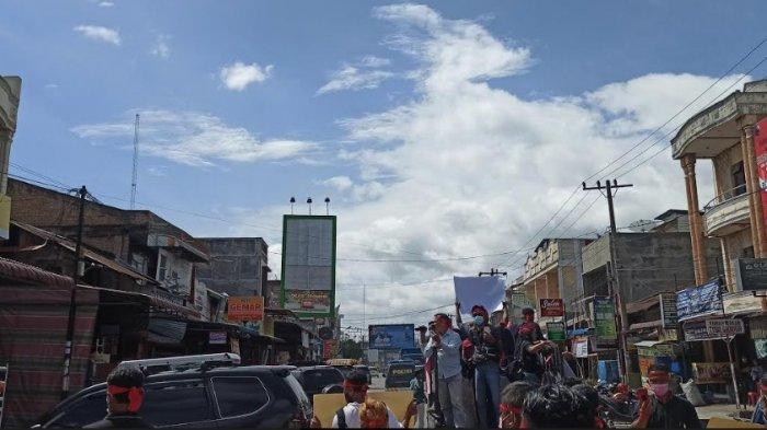 AKSI SOLIDARITAS - Aksi solidaritas sejumlah wartawan di Toba untuk menyerukan belasungkawa bagi keluarga korban, seorang wartawan di Simalungun. (Tribun-medan.com/Maurits)
