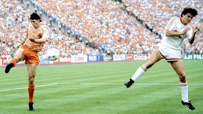 GOL - Pemain tim nasional Belanda, Marco van Basten, melepaskan tendangan voli yang membobol gawang Rusia pada final Piala Eropa 1988.