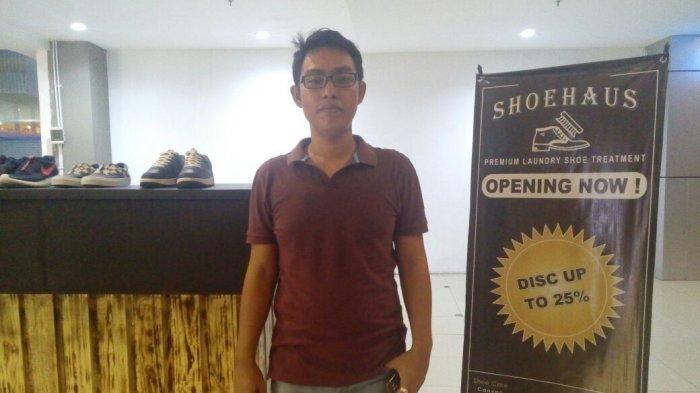 Pria Ini Berprofesi Sebagai Cuci Sepatu, Namun Hasil yang Didapatnya Menggiurkan