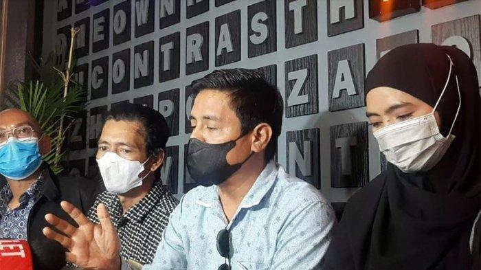 Marlina Octoria laporkan ayah Taqy Malik: Marlina Octoria bersama keluarga dan tim kuasa hukumnya ditemui di kawasan Senopati, Jakarta Selatan, Minggu (12/9/2021).