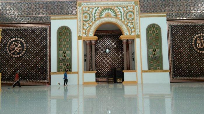 Dua orang petugas sedang membersihkan lantai Masjid Agung Achmad Bakrie, Kisaran pasca-pelaksaan Salat Zuhur berjamaah, Kamis (19/3/2020). Rencananya masjid terbesar di Kabupaten Asahan itu tetap akan menyelenggarakan Salat Jumat berjamaah pada Jumat (20/2/2020) besok.
