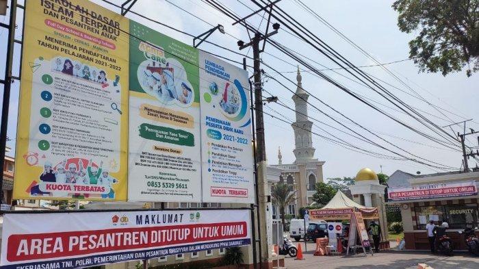 Masjid Al Fattah berada di dalam Yayasan Idrisiyyah terletak dipinggir jalan nasional dari Tasikmalaya menuju Bandung.
