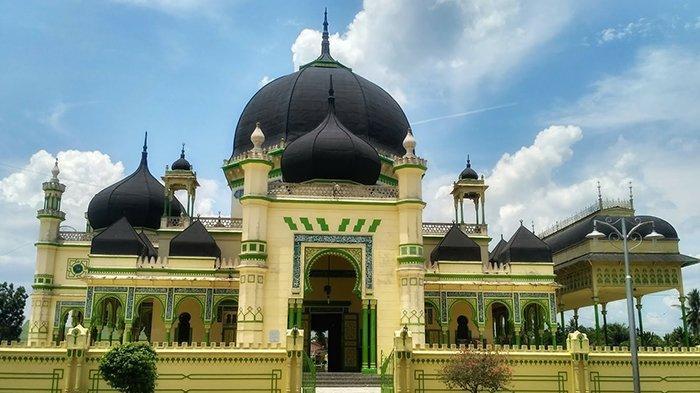 Masjid Azizi Tanjung Pura Kabupaten Langkat terlihat dari depan.