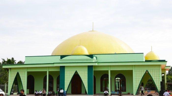 Masjid Raya Al-Musannif di Desa Tabuyung, Kecamatan Muara Gadis, Kabupaten Mandailing Natal, Minggu (26/9/2021). Pembangunan masjid ini sudah dirintis oleh almarhum H Anif dari semasa hidup.