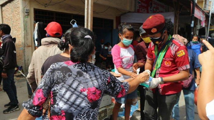 Cegah Penyebaran Covid-19, PMKRI Bagi-bagi Masker Kepada Masyarakat Samosir