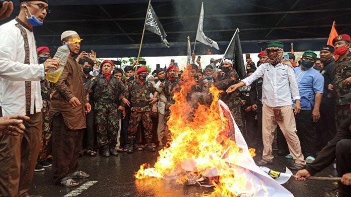 Demo di Depan Plaza Medan Fair, Massa Bakar Boneka dan Poster Presiden Perancis