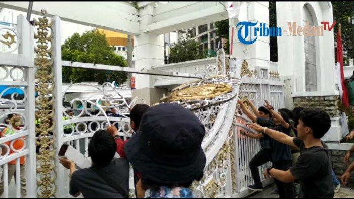Detik-detik Massa GMKI Ngamuk, Goyang Pagar Kantor Edy Rahmayadi hingga Rusak Parah, TONTON VIDEO