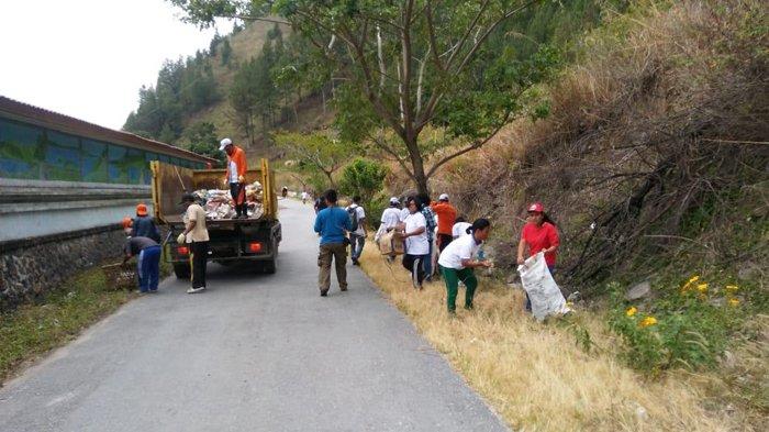Masyarakat dan ASN Pemkab Dairi Bersihkan Sampah di Pinggir Danau Toba