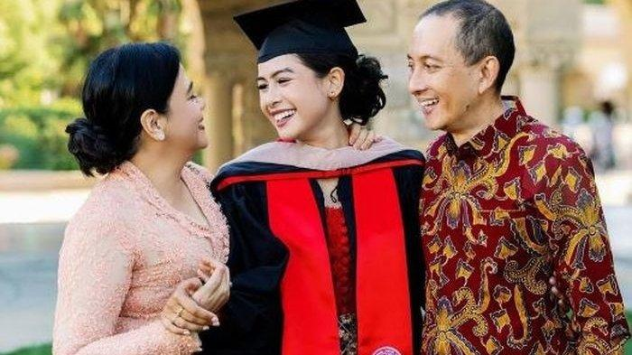Ini Gelar Akademik Maudy Ayunda Lulus dari Stanford University hingga Pamer Pose Berkebaya Merah