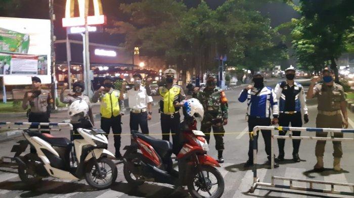 Petugas Polsek Medan Kota Lakukan Penyekatan dan Pengamanan di 18 Ruas Jalan