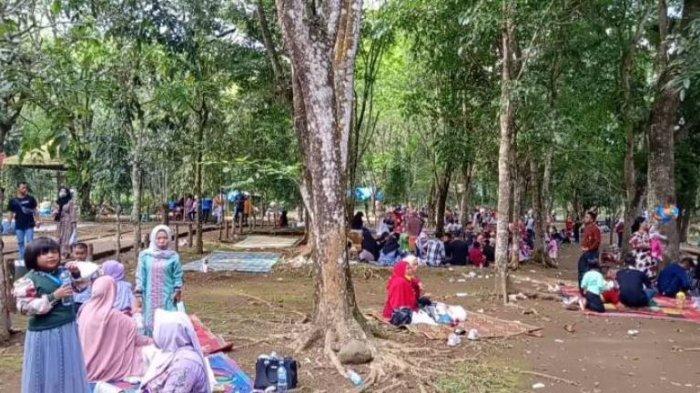 Suasana Medan Zoo dengan ribuan pengunjung pada hari terakhir libur Lebaran, di Jalan Bunga Rampai Kecamatan Medan Tuntungan, Kota Medan, Sumatra Utara, Minggu (16/5/2021).