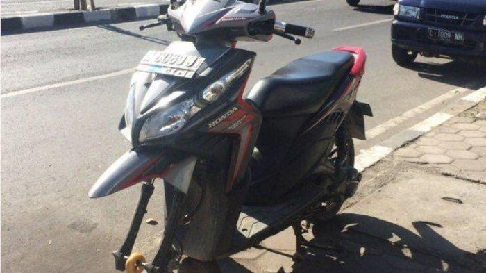 Kelamaan Parkir di Warung, Ban Depan Motor Pengunjung Diganti Pemilik Warung dengan Donat