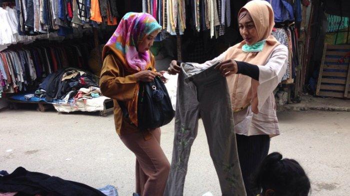 Pengunjung sedang melihat pakaian monza di Pasar Sambu, Jalan Sutomo, Kota Medan, Senin (11/3/2019).