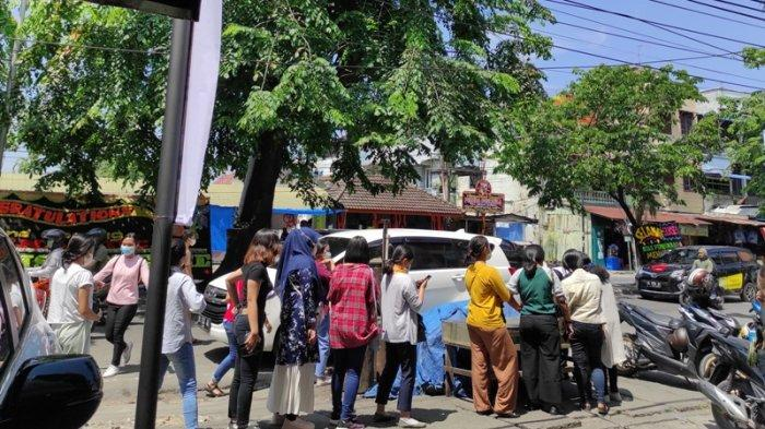 Dibubarkan Polisi, Penggemar Tetap Menunggu Pembukaan Gerai Menantea Jl Brigjen Katamso