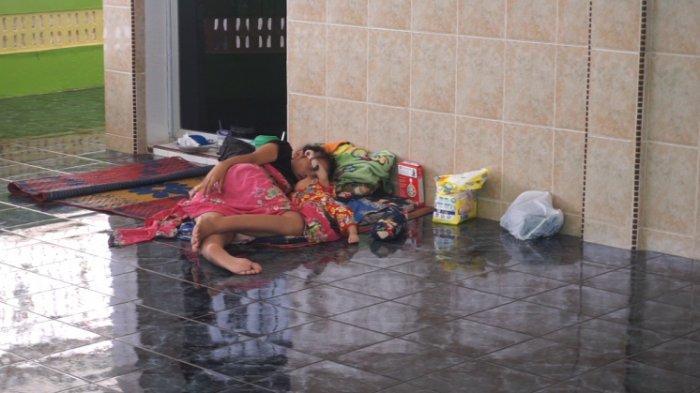 Korban Banjir Terpaksa Mengungsi di Musala, Tidur Cuma Beralaskan Tikar Seadanya