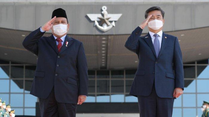 Menhan Korea Suh Wook (kanan) dan Menhan Indonesia Prabowo Subianto memeriksa pasukan penjaga kehormatan dalam pertemuan di Kementerian Pertahanan di Seoul, Kamis 8 April 2021.