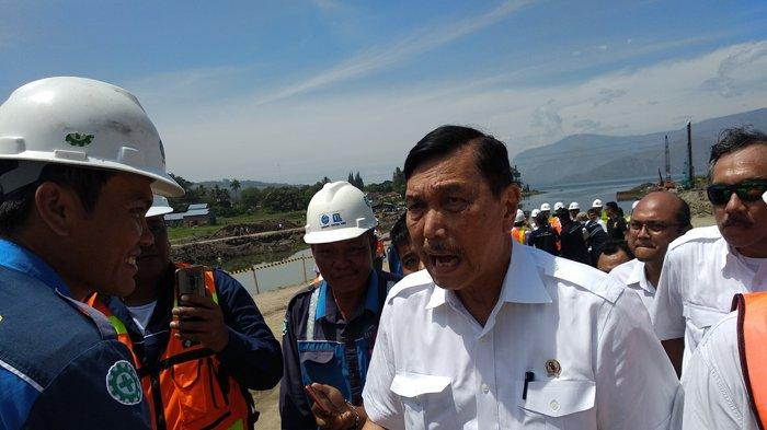 Menko Maritim Luhut Binsar Panjaitan di sela-sela kegiatan mendampingi Presiden Jokowi meninjau Tanoh Ponggol di Kabupaten Samosir, Rabu (31/7/2019).