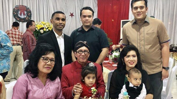 Menkumham Yasonna Hamonangan Laoly, bersama istri Elisye W Ketaren dan empat anaknya