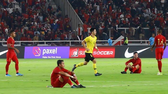 Kekecewaan pemain Timnas Indonesia usai dikalahkan Timnas Malaysia pada ajang kualifikasi Piala Dunia Qatar 2022 di Stadion Utama Gelora Bung Karno, Jakarta, Kamis (5/9/2019). Timnas Indonesia dikalahkan Malaysia dengan skor 2-3.