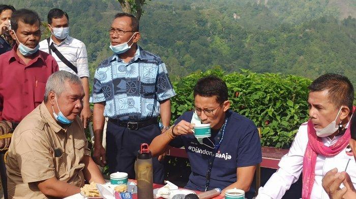 Menteri Sandiaga Uno nikmati kopi di Adian Nalambok pada kunjungannya ke Toba pada hari ini, Jumat (19/2/2021)