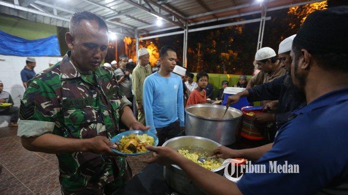 Pengurus Masjid Ghaudiyah menyiapkan makanan India berupa Nasi Briyani di Jalan Zainul Arifin, Medan, Sumatera Utara, Minggu (18/4/2021).TRIBUN MEDAN/RISKI CAHYADI