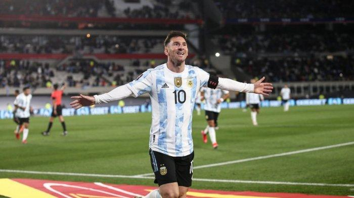 LIONEL Messi Nangis Terharu Angkat Trofi Copa America 2021 di Hadapan Suporter Argentina