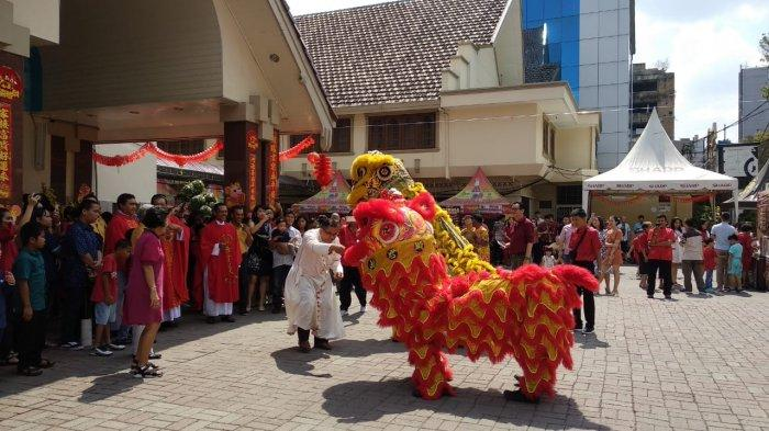 Meriahkan Tahun Baru Imlek, Barongsai Tampil di Halaman Gereja Katedral Medan