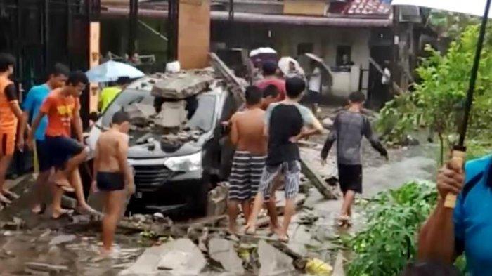 Hujan Deras Disertai Angin Kencang dan Petir, Satu Unit Mobil Hancur Tertimpa Tembok Rumah Warga