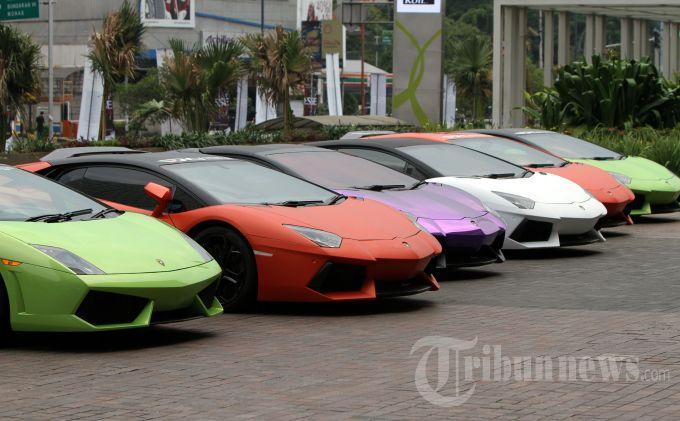 Mobil supercar seperti Lamborghini, Ferrari, Porsche, Jeep, Lotus dan berbagai merek lainnya terparkir di mall Senayan City Jakarta Pusat, Minggu (3/11/2013). Klub yang beranggotakan 20 mobil supercar ini melakukan kampanye tertib lalulintas serta memberikan santunan kepada anak yatim piatu.