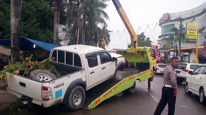 Mengantuk, Pemilik Mobil Berpelat Kalimantan Selatan Tabrak Median Jalan.