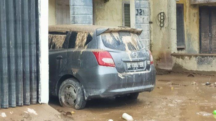 Mobil terendam banjir di Medan, Jumat (4/12/2020)