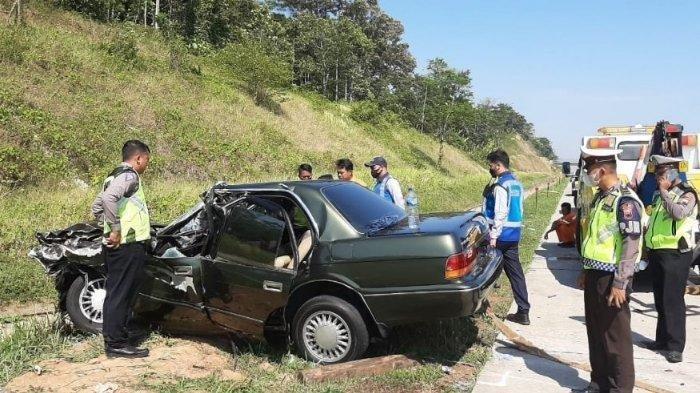 Mobil yang ditumpangi Letkol Kav Henry Napitupulu ringsek setelah terlibat kecelakaan dengan truk.(HO)