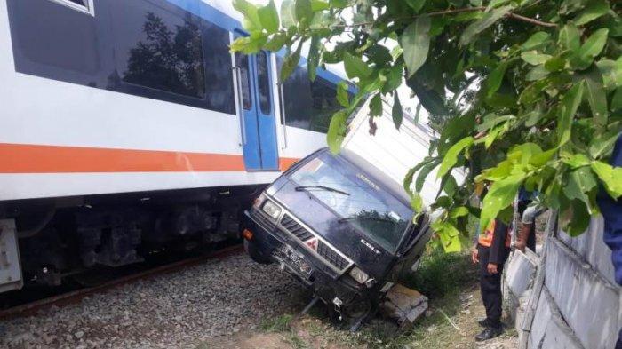 Nekat Terobos Palang, Mobil Boks Diseruduk Kereta Api Kualanamu Sampai 15 Meter