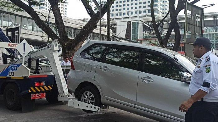 Dishub Medan Derek Mobil yang Parkir di Trotoar Lapangan Merdeka