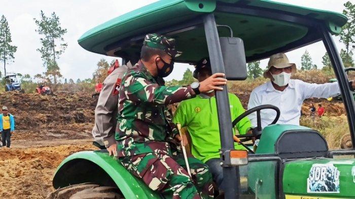 Momen Pangdam dan Kapolda Sumut Duduk di Bangku Tempel Traktor, Gubernur Edy Berpegangan Erat