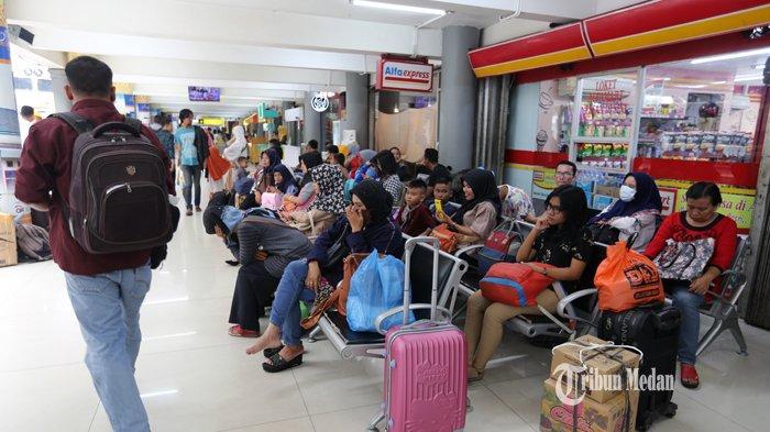 FOTO-FOTO H-2 Lebaran, Stasiun Kereta Api Medan Masih Dipadati Penumpang - mudik-kereta-1.jpg