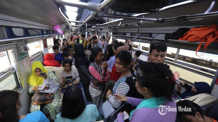 FOTO-FOTO H-2 Lebaran, Stasiun Kereta Api Medan Masih Dipadati Penumpang - mudik-kereta-3.jpg
