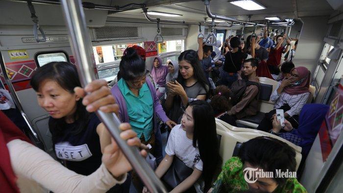 FOTO-FOTO H-2 Lebaran, Stasiun Kereta Api Medan Masih Dipadati Penumpang - mudik-kereta.jpg