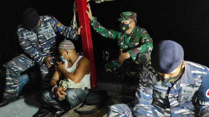 TNI AL Vaksinasi Nelayan Asahan di Tengah Laut