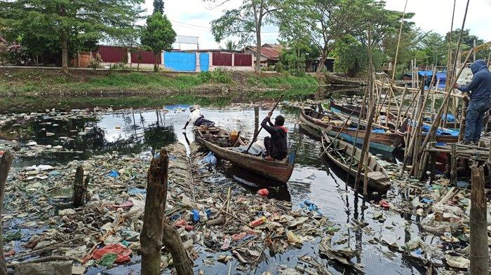Sungai Berderah Dipenuhi Sampah, Nelayan Kesulitan Berlayar dan Sering Gatal-Gatal